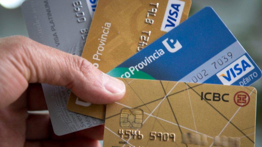 El Banco Central anunció medidas para el pago de tarjetas y deudas bancarias.